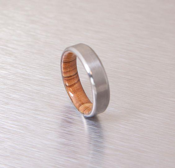 Ces anneaux fabriqués à la main belle est fabriqués à laide de titane grade 5 (pas de tôle allergique) et bois dOlivier à lintérieur  le bois est