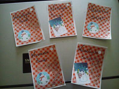 Dziś pomysł na DIY świąteczne - sposób jak można samodzielnie wykonać bileciki do prezentów świątecznych.    Aby wykonać bileciki do prezentów potrzeba:  Białą kartkę z bloku technicznego  Nożyczki  Klej  Ekierkę  Resztki papieru do pakowania prezentów (użyłam go wcześniej tu --> Pudełka - Zrób to sam)  Srebrny brokat  Czarny pisak  Różne ozdoby do paznokci  Wydrukowane wcześniej małe obrazki