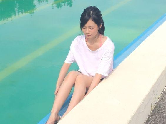 ピンクの水着にシャツを着てプールに入っている寺田蘭世の画像
