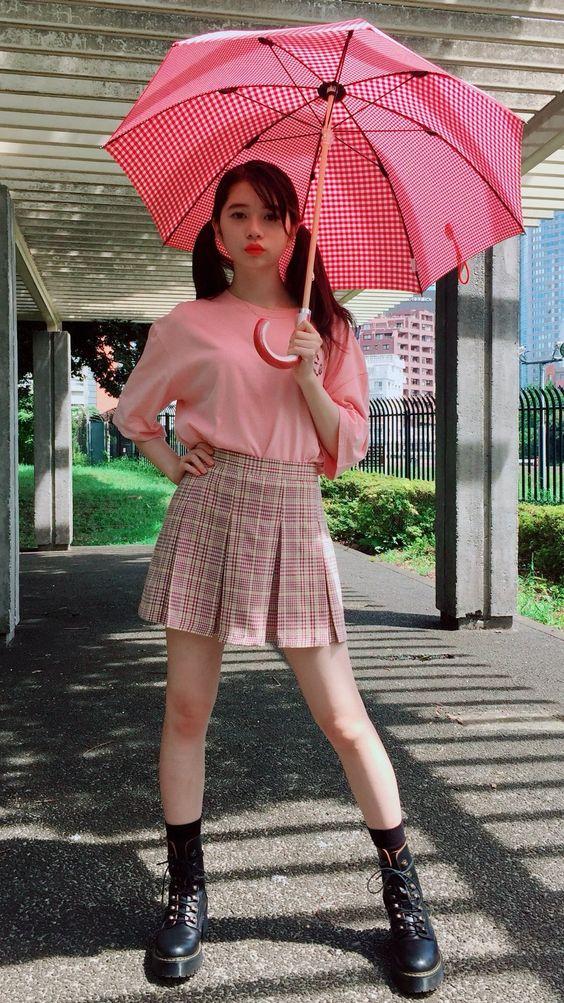 傘をさしている桜田ひより