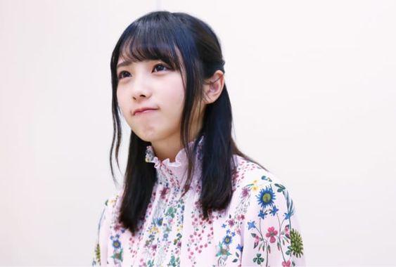 花柄の服を着た与田祐希