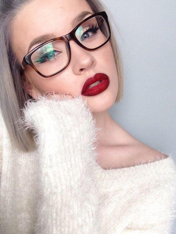 Óculos e maquilhagem.: