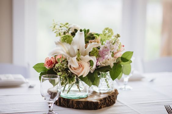 Peach White Wedding Centerpieces In 2020 White Wedding Centerpieces Peach Wedding Flowers Wedding Centerpieces