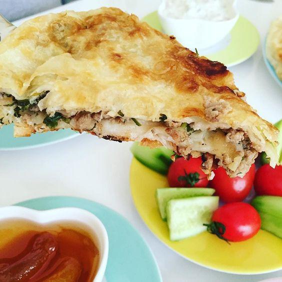 En güzel mutfak paylaşımları için kanalımıza abone olunuz. http://www.kadinika.com İki kişilik aileler için tava böreği en pratik. Hem de içi bolyufkası azSadece 2 yufka ile yapıyorum. Gözleme ile börek arasında güzel bir lezzet oluyor. Tarif aşağılarda var. İsteyeni etiketleyebilirim.