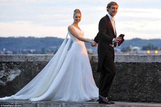 Mágica: trilhas vestido da noiva por trás dela como ela é conduzida pela mão, para a recepção por 27-year-old Pierre Casiraghi
