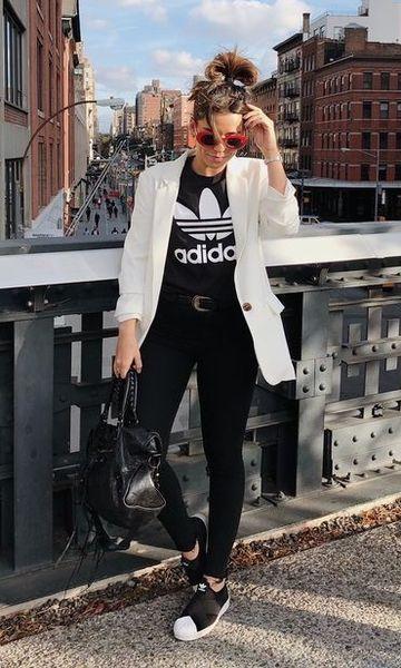 Calça preta, camiseta adidas, blazer branco e tênis adidas. - moda feminina - tênis adidas - look faculdade - look despojado - look estiloso - blazer preto - look preto e branco