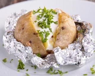 Pommes de terre light farcies aux herbes : http://www.fourchette-et-bikini.fr/recettes/recettes-minceur/pommes-de-terre-light-farcies-aux-herbes.html