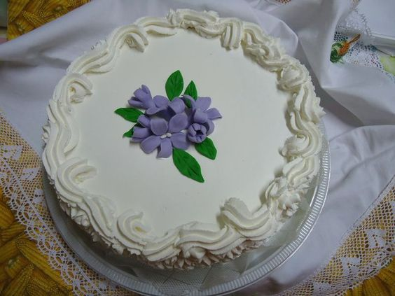 Bolo Branco Decorado - Cake - https://www.docemeldoces.com/