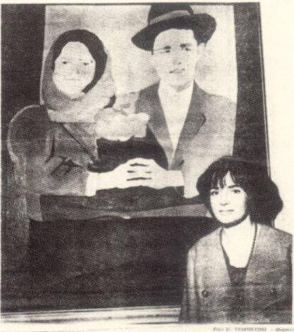 Los suicidas del sisga de Beatriz Gonzalez como fondo de la artista