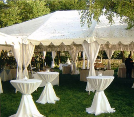 Wedding tent decorations photos white wedding reception for Decoration jardin soiree