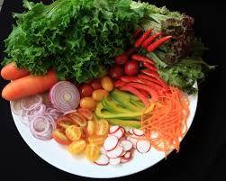 salada de legumes vegetais e frutas.