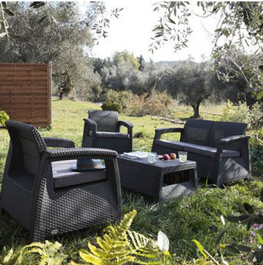 Salon de jardin en résine de couleur anthracite compsé d'une banquette de 2 fauteuils et d'une table basse