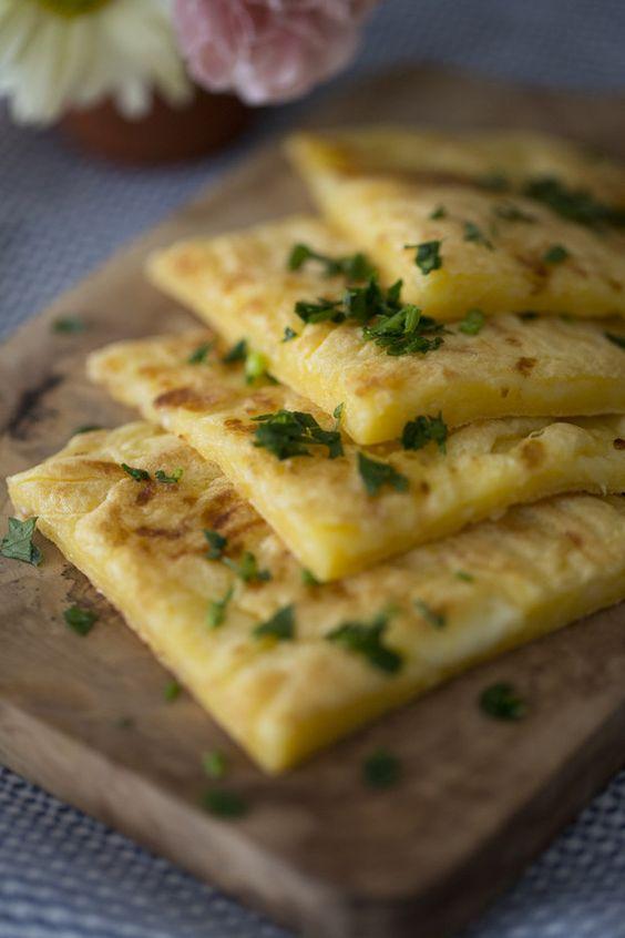 Pão de queijo de frigideira. | 10 laricas rapidinhas e gostosas para comer vendo Netflix: