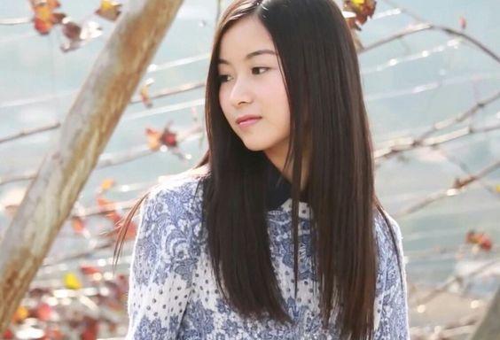 微笑む佐々木琴子