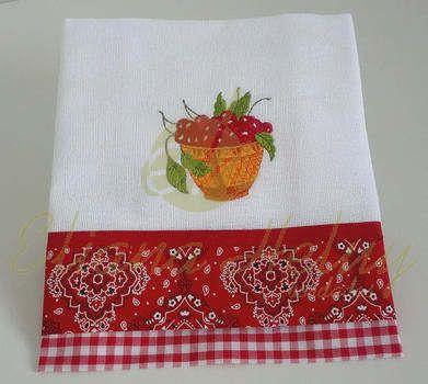 Pano de prato com delicados bordados e acabamento em tricoline e viés de algodão. Sacaria 100% algodão.
