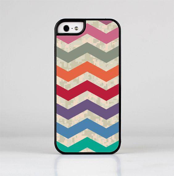 The Retro Chevron Pattern with Digital Camo Skin-Sert for the Apple iPhone 5-5s Skin-Sert Case