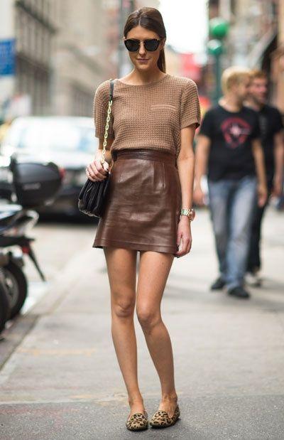 Look em tons castanhos com saia de couro: