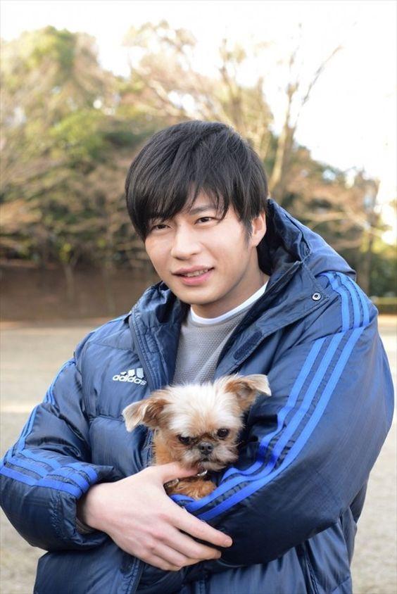 ふわふわな犬を抱っこする田中圭