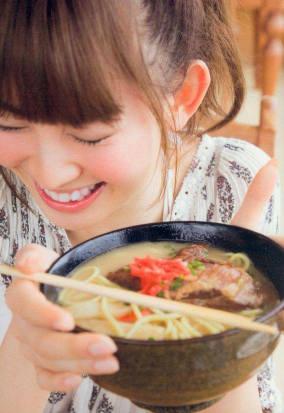 ラーメンを食べて笑顔になるかわいい小嶋陽菜
