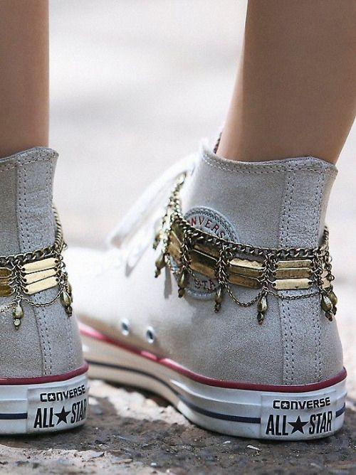 Converse meets boho! Mit urbanen Fußkettchen in Gold wirst Du zur Gypsy-Queen.