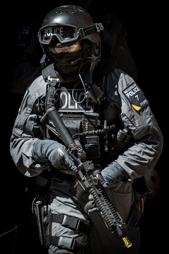 銃を持っている警察官