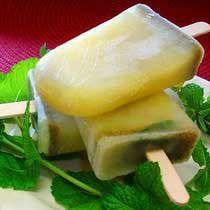 Paletas de limón y hierbabuena: No hay nada más refrescante que una paleta helada de limón con hierbabuena.