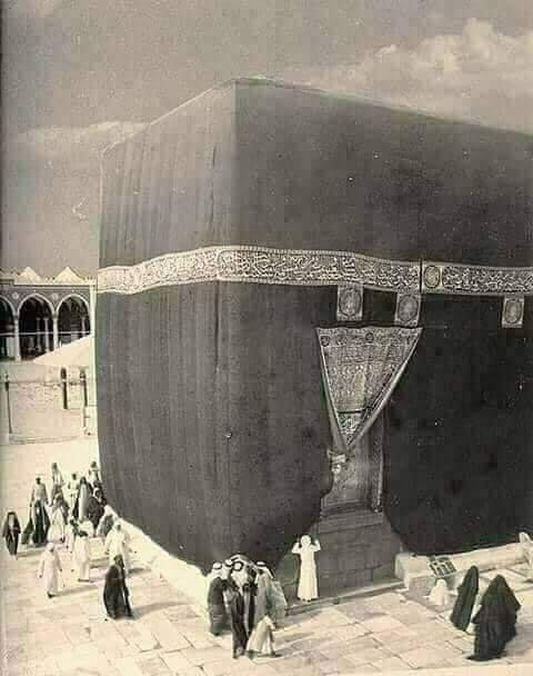لحظة وفاة نبينا سيد البشرية تقول السيدة عائشة فسقطت يد النبي وثقلت رأسه في صدري فعرفت أنه قد مات فلم أ Mecca Kaaba Mecca Wallpaper Mecca Madinah