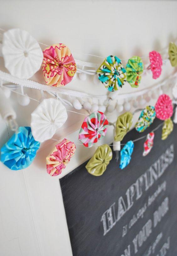 schöne Idee für eine etwas andere Girlande - aus Stoff Rosetten / Blumen genäht (nur Inspiration)