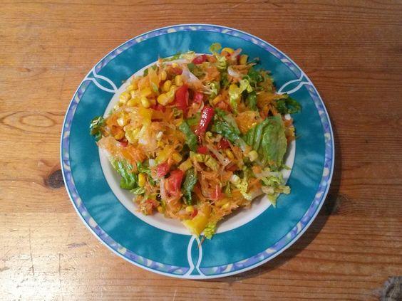 Ein frischer bunter Salat ist jetzt genau das richtige um aus dem Winterschlaf zu kommen. Das geht ganz schnell und einfach!