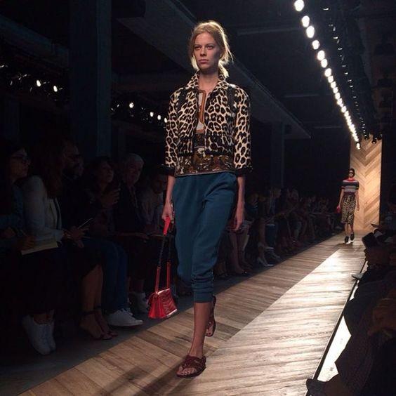 O dia dos fashionistas começa na sede da @bottegaveneta, que leva para a passarela uma oncinha cool, combinada com calças pescador (via @danielafalcao1 e @barbaramigliori) #mfw #voguenamfw