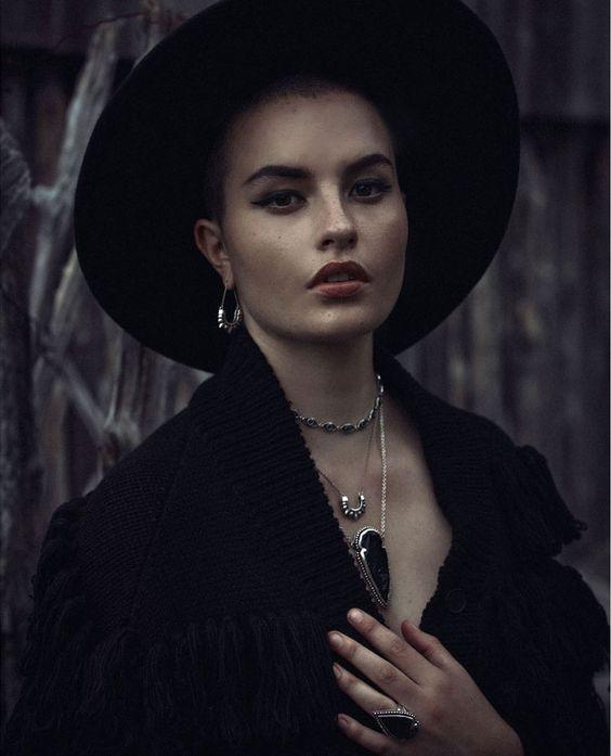 Pamela älskar Obsidian Arrow Halsband med Silver Tribal ljuskronor: