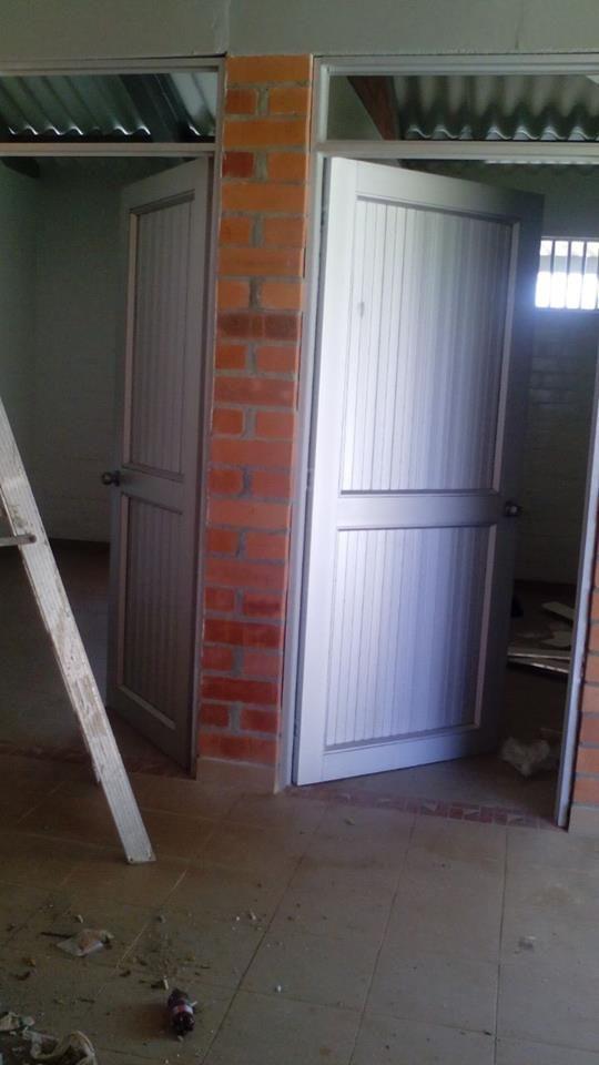 Puerta para acceso con enchape acceso alcobas y ba o for Puertas salida jardin
