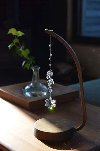 木製のスタンドでナチュラルなイメージのサンキャッチャー。雪の結晶型のガラスが可愛らしい!