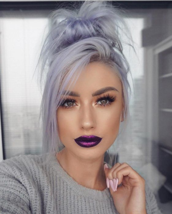 Mujer Con Pestanas Postizas Y Labial Color Morado Metalido Con