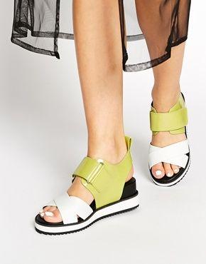 Shellys – Furlow – Flache Sandalen aus Lackleder mit verdecktem Keilabsatz