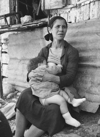 Πόρτα Παναγιά στα Τρίκαλα. Θηλάζοντας το μωρό (1965)