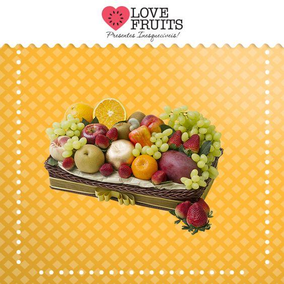 #Divina Linda bandeja recheada de manga, mexerica, pera, pêssego, maçãs, nectarina, caju, laranja, uvas thompson, kiwis e deliciosos morangos. Presente emocionante!  DÊ FRUTAS AO INVÉS DE FLORES E SURPREENDA!!!  Presentes surpreendentes: http://www.lovefruits.com.br/