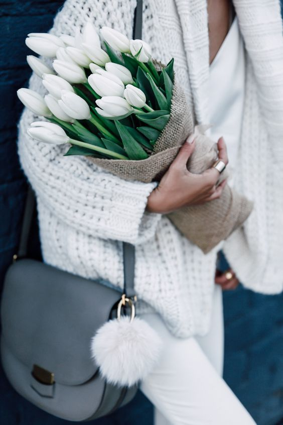 White tulips to match my white outfit. Love flowers so much, they make me so happy. Wearing white jeans and a white cardigan for a casual day out #flowers #florals #tulips #whitejeans #cardigan #style #fashion #outfit #casual