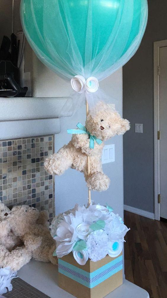 centro de mesa para baby shower hecho de flores de papel oso y globo