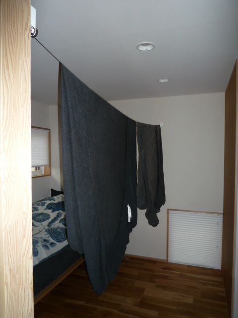 付けてよかった 寝室のワイヤー物干 インテリア 収納 自宅で 棲家