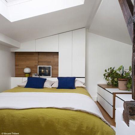 La t te de lit double fonction sert la fois de table de chevet et de plac - Placard toute hauteur ...