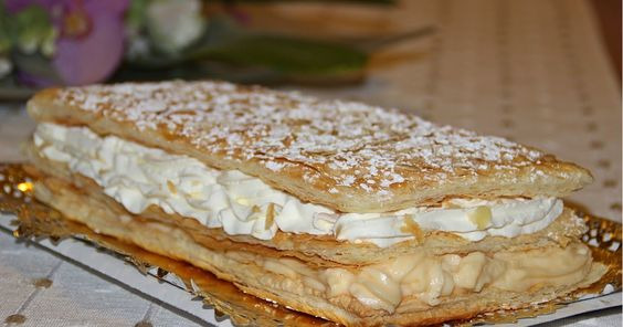 Milhojas de crema pastelera y frosting de queso