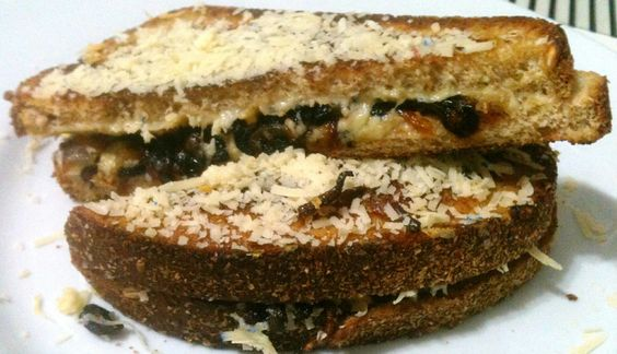 Sanduíche de queijo quente com mix de cogumelos