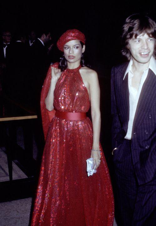 Bianca et Mick Jagger à New York en 1973 http://www.vogue.fr/mode/inspirations/diaporama/icnes-le-style-des-party-girls/23979#bianca-et-mick-jagger-new-york-en-1973