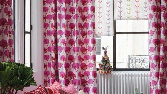 Les rideaux mouchetés de rose apportent de la gaieté au salon.