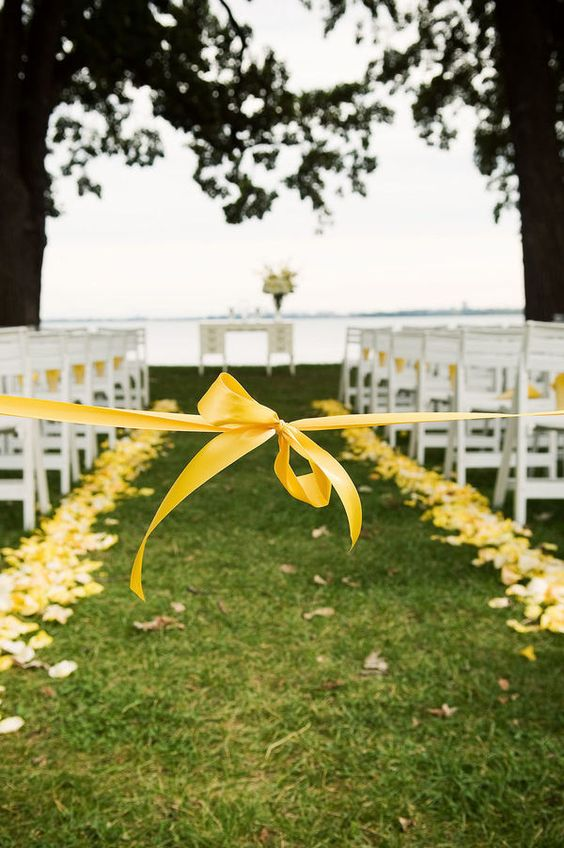 tie off the center aisle so that no one walks down it before the bridal party. cute.