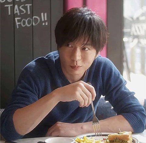 ジャンクフードを食べる田中圭