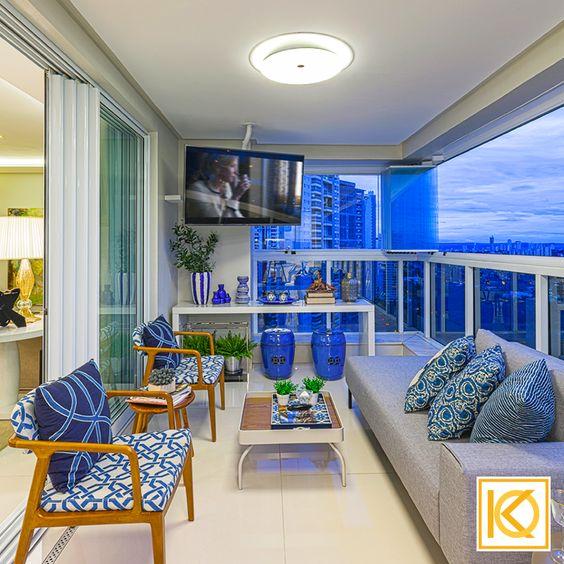 A varanda gourmet foi pensada para um bate papo com amigos, refeições descontraídas próximo à churrasqueira, sem deixar de lado a preocupação com um espaço exclusivo para o pai, que adora assistir jogos, longe do barulho das crianças. Uma chaise foi incorporada ao ambiente, criando um espaço para leitura e relaxamento, curtindo a vista maravilhosa que o apartamento tem do parque. #ProjetodeArquitetura #Arquitetura #Decor #Residencial #Sacada #Chaise #KarlaOliveira #StudioKarlaOliveira