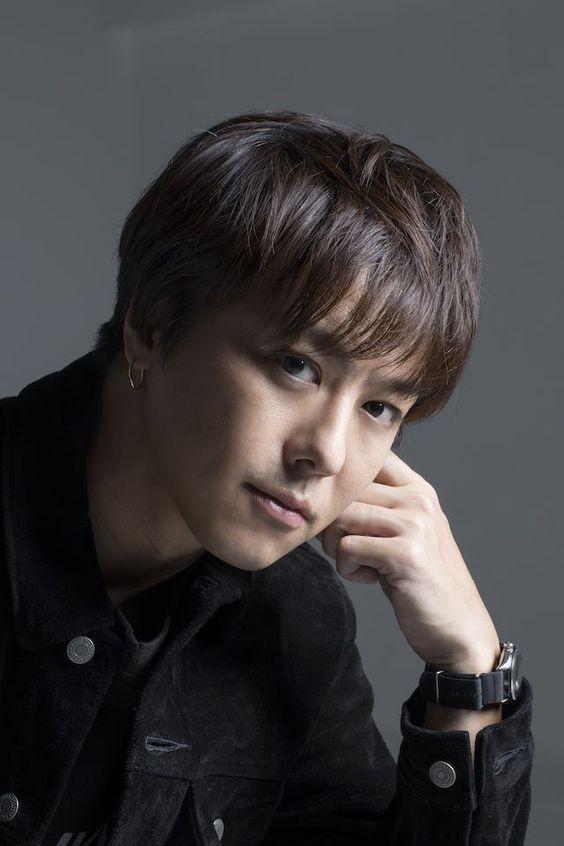 黒いジャケットを着た肘をついているEXILEのTAKAHIROの画像
