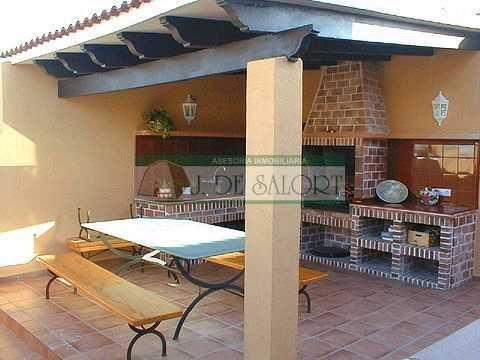En esquina con ladrillo y vigas de madera barbacoas for Casas rusticas con jardin